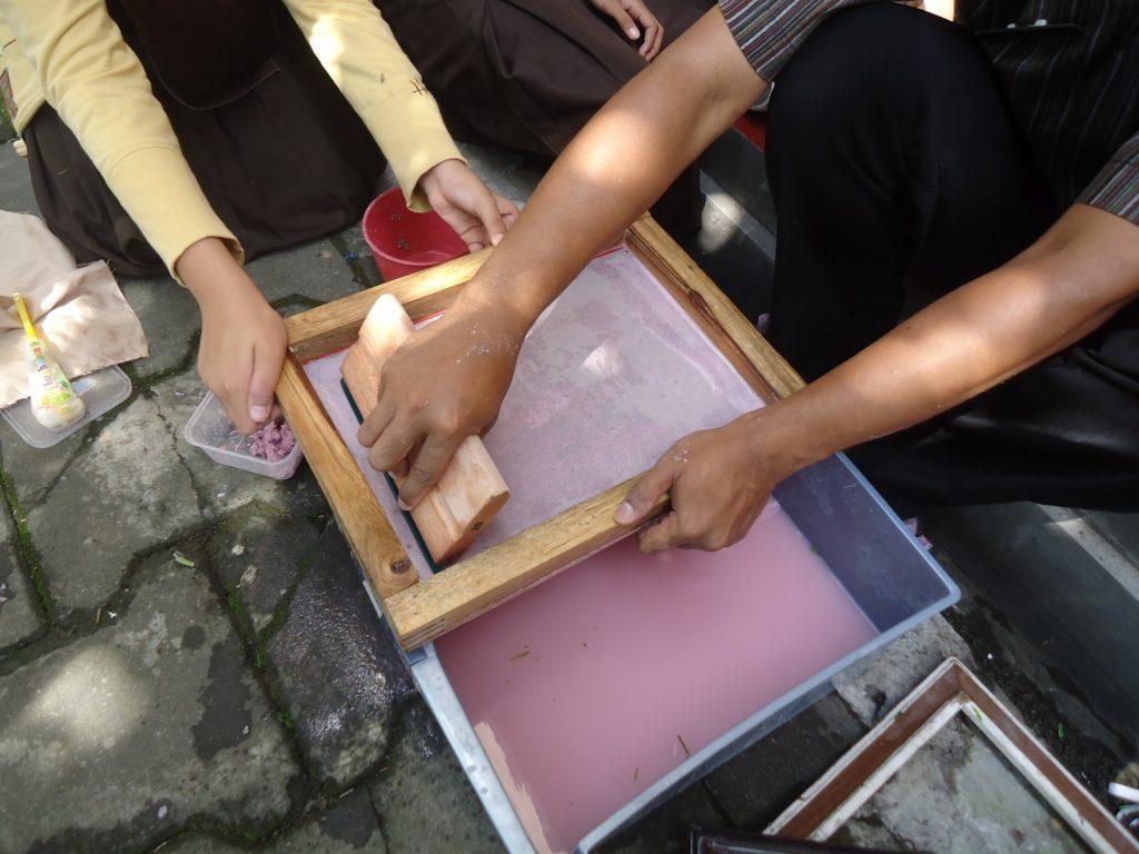 Daur Ulang Kertas HVS Secara Manual